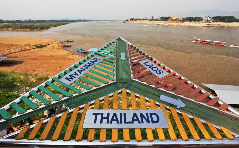 จุดชมวิวสามเหลี่ยมทองคำ ไทย-พม่า-ลาว chiang rai white temple one day tour