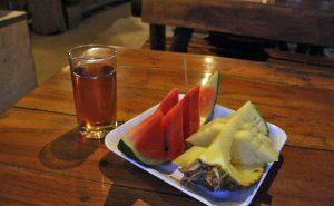 ชุดผลไม้และน้ำชา ที่บ้านชาวนา maeping river cruise